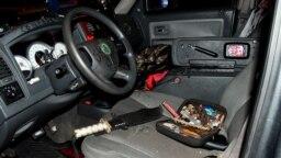 Une photo publiée par la police du Capitole montre une machette et d'autres objets sur le siège avant d'un pick-up sans plaques à Washington, le 13 septembre 2021.