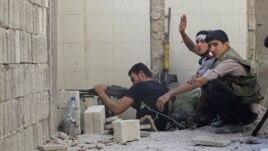 Wani mayakin rundunar  Free Syria yana shirin harba bindiga