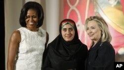 Maryam Duraniy Mishel Obama va Xillari Klinton bilan mukofot olganida.