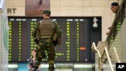 Un soldado del Ejército belga patrulla la Estación Central de Bruselas, el miércoles, 21 de junio de 2017.