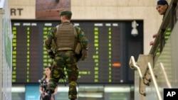 6月21日布魯塞爾車站內比利時士兵武裝巡邏。