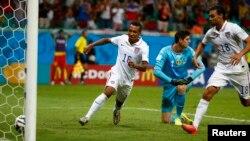 Julian Green của Mỹ ghi bàn thắng cho đội Mỹ trong trấn đấu với Bỉ trên sân Fonte Nova. Bỉ đã loại Mỹ với tỉ số 2-1.