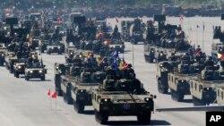 한국 군 창설 65주년 '국군의 날' 행사를 하루 앞둔 30일 성남 서울공항에서 최종 예행연습이 열렸다.