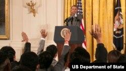 """Presiden AS Barack Obama membuka kesempatan bertanya kepada para peserta program """"Young Southeast Asian Leaders Initiative"""" atau Program Pemimpin Muda Asia Tenggara di Gedung Putih, Senin (1/6)."""