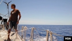 Marcus Eriksen se encuentra en medio de los océanos documentando los efectos del plástico en la alimentación de los animales marinos y finalmente en los seres humanos.