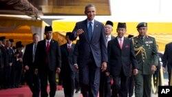 4월 26일 말레이 공항에 도착해 영접받는 오바마 대통령