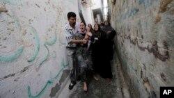 28일 가자지구 북쪽에서 팔레스타인 희생자들의 장례식에서 유가족이 울분을 토하고 있다.