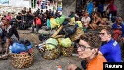 Wananchi wa Indonesia na wapanda milima kutoka nje ya nchi baada ya kushuka kutoka mlima wa Rinjani.