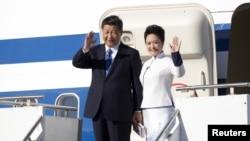 22일 시진핑 중국 국가주석과 부인 펑리위안 여사가 미국 워싱턴 주 에버렛 페인필드 공항에 도착해 손을 흔들고 있다.