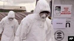 지난해 12월 미국 국제개발처가 라이베리아 몬로비아 인근에 설치한 임시 에볼라 치료소에서 구호요원들이 활동하고 있다. (자료사진)