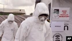 Các nhân viên y tế tại một trung tâm điều trị Ebola của USAID ở Tubmanburg, Liberia, 28/11/2014.