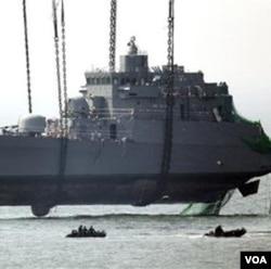 "Seoul menuntut agar Pyongyang minta maaf atas penenggelaman kapal perang Korea Selatan, ""Cheonan"" tahun lalu."
