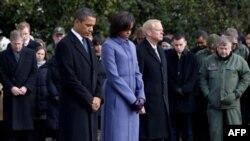 Predsednik, Prva dama i osoblje Bele kuće minutom ćutnje odaju poštu žrtvama napada u Arizoni