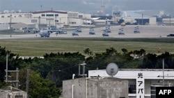 Phi cơ và trực thăng quân sự trong sân bay Futenma ở Ginowan Okinawa, Nhật Bản