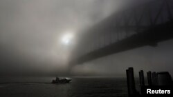 Một chiếc thuyền tại Cầu Cảng Sydney đi qua màn sương mù dày đặc, 29/5/2013.
