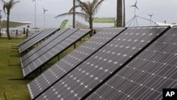 2011年11月29日南非德班: 气候变化会议期间使用太阳能电池板来发电展览