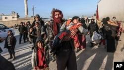 Binlerce Suriyeli Öncüpınar-Bab al Salama sınır noktasından Türkiye'ye geçmek için bekliyor