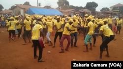 Les militants RPG Arc-en-ciel à Tombola, Guinée, le 28 janvier 2018. (VOA/ZakariaCamara)