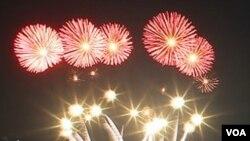 Kembang api turut memeriahkan perayaan Hari Kemerdekaan Korea Selatan.