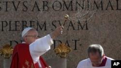 ພະສັນຕະປາປາ Francis ປະຕິບັດພິທີ Palm Sunday ໃນຈະຕຸລັດ St. Peter ຢູ່ນະຄອນ ວາຕິກັງ. 9 ເມສາ, 2017.