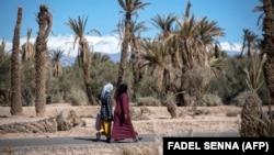 Passantes dans l'oasis marocaine de Skoura près des montagnes de l'Atlas, 27 janvier 2020. (Photo Fadel Senna/AFP)
