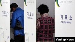 29일 국회의원 보궐선거가 치러진 서울 관악을의 한 투표소에서 유권자들이 기표를 하고 있다.