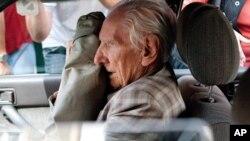 2012年7月18日匈牙利前警官拉洛斯·乔塔里离开布达佩斯检察官办公室后坐在一辆车里(资料照片)