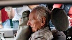 Terdakwa penjahat perang Hungaria, Laszlo Csatary duduk di dalam mobil yang membawanya meninggalkan kantor kejaksaan Budapest (Foto: dok). Csatary didakwa atas kejahatan terkait penyiksaan warga Yahudi dan peranannya dalam menggiring mereka ke kamp kematian Nazi dalam Perang Dunia II.