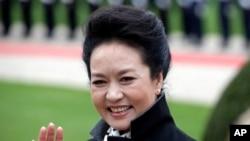 지난 28일 독일을 국빈 방문한 펑리위안 여사가 환영식에서 손을 흔들고 있다.