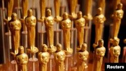 La figura del Oscar tiene el tamaño semejante a una muñeca Barbie.