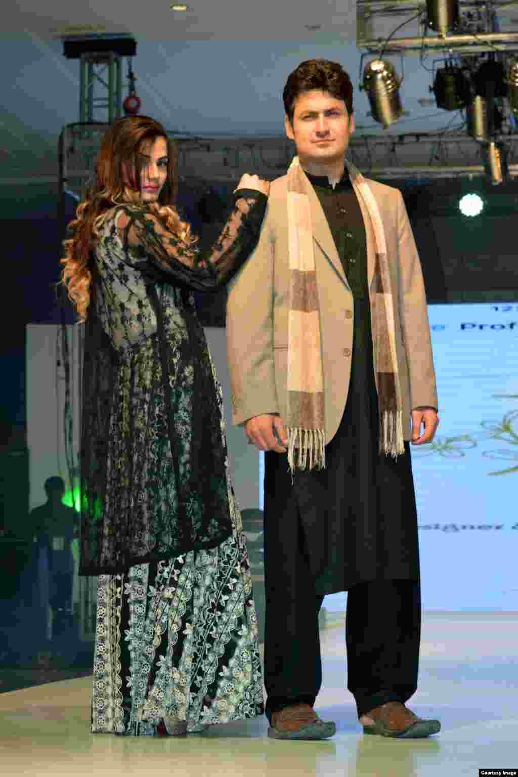 اس فیشن شومیں مقامی ڈ یزائنرمحمدعلی اورجگنو کے تیار کردہ ملبوسات نمائش کے لیے پیش کیے۔