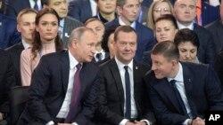 ولادیمیر پوتین و دیمیتری مدودوف در کنگره حزب اتحاد روسیه