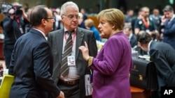 15일 벨기에 브뤼셀에서 열린 유럽연합 정상회담에서 앙겔라 메르켈 독일 총리(오른쪽)와 프랑수아 올랑드 프랑스 대통령(왼쪽)이 대화하고 있다.