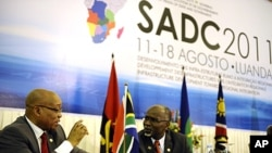 South African President Jacob Zuma (L) speaks with SADC Executive Secretary Tomaz Salomao (R) at the closing ceremony of the 31st SADC summit in Luanda, Angola, August 18, 2011