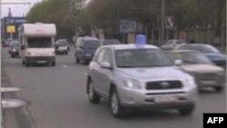 Ông Sergei Kanayev, một trong những người kêu gọi, tổ chức các màn châm biếm nói: 'Câu chuyện bắt đầu năm 2000 tại Kemerovo khi bạn tôi và đứa con gái 8 tuổi chết trong một tai nạn xe hơi . . .