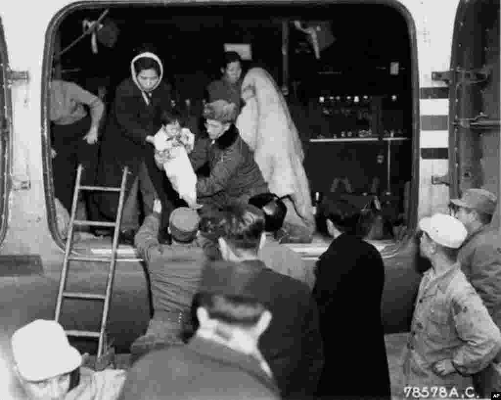C-54 수송기에 실리는 고아들