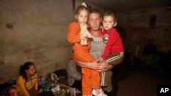 Мешканець Донбасу зі своїми дітьми у підвалі
