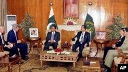 巴基斯坦总统扎尔达里(左三)周一在伊斯兰堡会见美国参议员克里(左二)