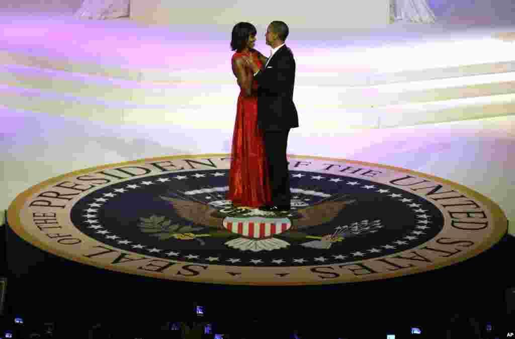 Presiden Barack Obama dan istri, Michelle, berdansa pada pesta inaugurasi di Washington. (AP/Evan Vucci)