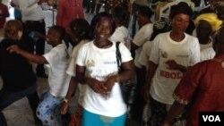 Jamilah Jawara, an Ebola survivor, dances in celebration with fellow survivors, Kenema, Sierra Leone, Oct. 17, 2014. (Nina Devries / VOA)