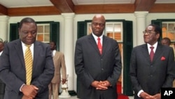 Zimbabwean Prime Minster, Morgan Tsvangirai, left, his deputy Arthur Mutambara and President Robert Mugabe walk together after their end of year press conference at State House in Harare, 20 Dec. 2010