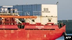 Les migrants à bord du bateau d'aide humanitaire Ocean Viking, affrété par le groupe caritatif SOS Méditerranée, arrivent le 6 juillet 2020.