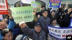 """示威者3月12日在中国驻首尔大使馆门前抗议,要求中国政府停止将朝鲜""""脱北者""""遣返"""
