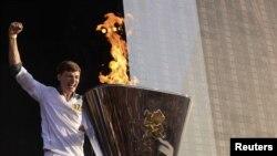 Tyler Rix, người rước đuốc cuối cùng, châm ngọn lửa thế vận tại buổi lễ trong Công viên Hyde, ở London hôm 26/7/12