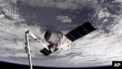 Esta imagen proporcionada por NASA-TV muestra la nave espacial de carga Dragón SpaceX cuando es capturada por el brazo robótico de la Estación Espacial.