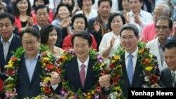 5일 6·4 지방선거에서 경기도지사로 당선된 새누리당 남경필 후보가 경기도 수원시 장안구 선거사무소에서 지지자들의 축하를 받고 있다.