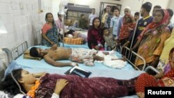 Người thân vây quanh các nạn nhân của vụ đánh bom tại một bệnh viện ở Dhaka, 24/10/2015.