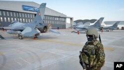 Фото: військовий Румунії охороняє літаки НАТО F16