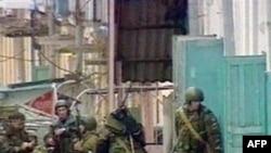Силы безопасности возле жилого дома в Нальчике