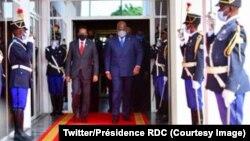 President Mohamed Abdullahi ya Somalie (G) na bokutani na ye na président Félix Tshisekedi president ya RDC mpe ya Union africaine (D) ma Kinshasa, RDC, 19 avril 2021. (Twitter/Présidence RDC)